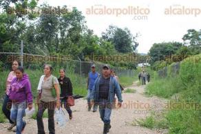 Tezonapa, Ver., 25 de agosto de 2016.- Comuneros de El Palmar invadieron las instalaciones del INIFAP y se organizan para trabajar extensiones de tierra que, aseguran, fueron abandonadas hace muchos a�os.