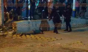 Coatzacoalcos, Ver., 26 de agosto de 2016.- Polic�a Estatal, Fuerza Civil y Polic�a Ministerial, levantaron diligencias por el asesinato de un joven en la colonia Teresa Morales.