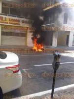 Veracruz, Ver., 26 de agosto de 2016.- Un cortocircuito provoc� el incendio de una motocicleta estacionada, sobre la avenida 5 de Mayo, entre Lerdo y Zamora, en el centro hist�rico de este puerto.