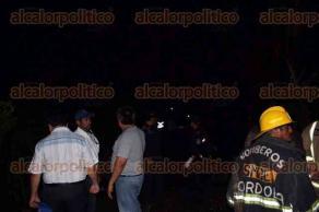 C�rdoba, Ver., 26 de agosto de 2016.- Una camioneta volc� la tarde-noche de este viernes sobre la carretera a San Rafael Caler�a, a la altura de rancho Quemado; el accidente dej� como saldo dos muertos, uno qued� prensado.