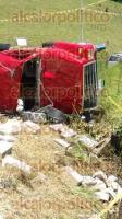 Rafael Lucio, Ver., 27 de agosto de 2016.- La ma�ana de este s�bado se registr� un aparatoso accidente de un cami�n cargado de block, en la carretera federal Xalapa-M�xico; la carga qued� regada en la r�a.