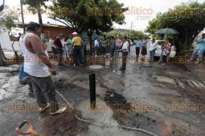 Veracruz, Ver., 28 de agosto de 2016.- Habitantes del fraccionamiento Hortalizas colocaron postes con cemento para cerrar el paso a la calle Paseo del Mango, con la intenci�n de evitar que los ladrones entren a sus domicilios.