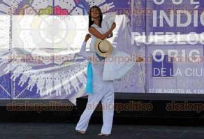Ciudad de M�xico, 28 de agosto de 2016.- En el Z�calo, inici� la III Fiesta de las culturas ind�genas, pueblos y barrios originarios de la CDMX, adem�s de Ecuador, como pa�s invitado. Visitantes disfrutan de la m�sica, literatura, danza, artesan�as, comida tradicional y talleres.