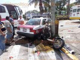 Veracruz, Ver., 28 de agosto de 2016.- El mediod�a de este domingo param�dicos de la Cruz Roja auxiliaron a dos hombres que viajaban a bordo de una motocicleta y que chocaron contra un taxi en calles del fraccionamiento Moderno. Bomberos Municipales atendieron el reporte de derrame de combustible en el sitio.