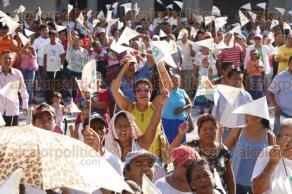 Veracruz, Ver., 29 de agosto de 2016.- Habitantes adheridos a la agrupaci�n civil Sentimientos de la Naci�n, se manifestaron frente al palacio municipal de Veracruz en demanda de servicios p�blicos como agua, drenaje, alumbrado p�blico y regularizaci�n de terrenos.