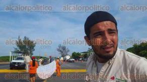 Coatzacoalcos, Ver., 29 de agosto de 2016.- Extrabajadores de PEMEX y empresas contratistas recolectan dinero en casetas para poder alimentar a sus familias.