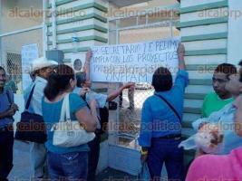 Xalapa, Ver., 29 de julio de 2016.- Integrantes de la Organizaci�n Nacional Popular y de Productores Agropecuarios de M�xico tomaron las instalaciones de la SEDARPA para exigir el pago de proyectos productivos pero, r�pidamente fueron atendidos.