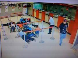Boca del R�o, Ver., 29 de agosto de 2016.- Un hombre, con pistola en mano, asalt� el Banco Santander, ubicado en la avenida Salvador D�az Mir�n, en la colonia Remes.