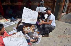 Xalapa, Ver., 29 de agosto de 2016.- Nuevamente integrantes del Frente Popular Revolucionario llegaron a las instalaciones de la Comisi�n Estatal de Derechos Humanos para reanudar huelga de hambre, debido al conflicto que mantienen con el ayuntamiento de Coatepec.