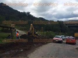Banderilla, Ver., 29 de agosto de 2016.- Empresarios en coordinaci�n con autoridades trabajan en el tapado de baches en la carretera Naolinco- Banderilla.