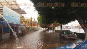 Xalapa, Ver., 29 de agosto de 2016.- Personal de Plaza Museo trabaja a marchas forzadas para intentar sacar el agua que se meti� a sus negocios debido a la lluvia que inund� las instalaciones. La tormenta el�ctrica de este lunes tambi�n inund� la calle contigua al centro comercial.