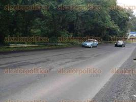 Coatepec, Ver., 27 de agosto de 2016.- Gran cantidad de tapones de llantas se encuentran a un lado de la autopista Xalapa-Coatepec, cerca de un hoyo de grandes dimensiones donde varios automovilistas han volado sus neum�ticos.