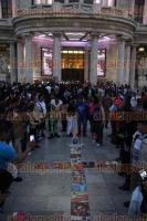 Ciudad de M�xico, 29 de agosto de 2016.- Cientos de admiradores del cantautor Juan Gabriel, quien falleci� este domingo a causa de un infarto, se congregaron en la Plaza Garibaldi y en el Palacio de las Bellas Artes para celebrarlo y cantar sus melod�as.