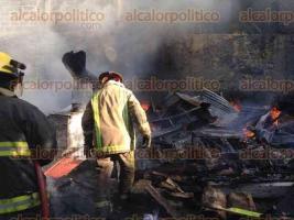 San Andr�s Tuxtla, Ver., 30 de agosto de 2016.- El fuego, al parecer originado por una veladora, consumi� tres viviendas que fueron construidas con madera y l�mina.