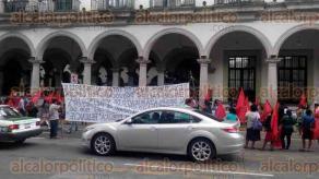 Xalapa, ver., 30 de agosto de 2016.- Integrantes del Frente Popular Revolucionario se manifestaron nuevamente sobre la calle Enr�quez, la tarde de este martes, donde bloquearon la vialidad por unos minutos.