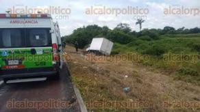 Veracruz, Ver., 30 de agosto de 2016.- Pasado el mediod�a de este martes, una camioneta que transportaba material de construcci�n volc� en la autopista Veracruz-C�rdoba, a la altura del kil�metro 95, cuando se dirig�a hacia el puerto. El chofer fue atendido por param�dicos de CAPUFE.