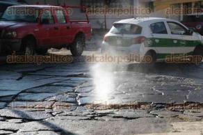Xalapa, Ver., 31 de agosto de 2016.- Vecinos de la Unidad Habitacional Buenavista reportan una fuga de agua en la calle Jos� Mar�a Velasco. Argumentan que se rompi� la tuber�a debido a las condiciones p�simas de la calle.