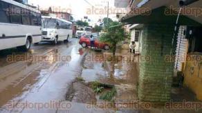 Xalapa, Ver., 31 de agosto de 2016.- Agua del r�o Carneros se sali� de su cauce en la calle Guti�rrez Barrios, enlodando la vialidad, esto a causa de la lluvia de esta tarde en la ciudad.