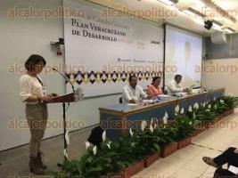 Xalapa, Ver., 31 de agosto de 2016.-Se efectu� el Foro �Desarrollo urbano regional sustentable e inteligente para mejorar la calidad de vida� en la USBI, donde se presentaron propuestas ciudadanas para el Plan Veracruzano de Desarrollo. En el pres�dium Gustavo Ortiz, Clementina Barrera y Andr�s Rivera.