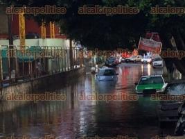 Xalapa, Ver., 31 de agosto de 2016.- La lluvia que cay� esta tarde en la capital del Estado inund� parte de la avenida �vila Camacho a la altura del parque Los Tecajetes y la calle Doctor Jes�s L�pez Dom�nguez, entre Plaza Museo y el Mercado Rend�n.