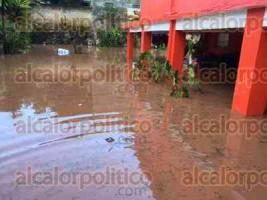 Xalapa, Ver., 31 de agosto de 2016.- Vecinos de la calle Quintana Roo, en la entrada a Coapexpan, se inundaron por la precipitaci�n pluvial de este mi�rcoles. La inundaci�n alcanz� casi metro y medio de altura, da�ando muebles y equipos electr�nicos en los hogares de la zona.