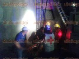 Mart�nez de la Torre, Ver., 23 de septiembre de 2016.- Bomberos ayudaron a bajar a una menor de 9 a�os de edad que se electrocut� en la azotea un edificio de 3 pisos. La ni�a sufri� quemaduras de 1er, 2do y 3er grado y fue trasladada al IMSS por param�dicos de la Cruz Roja.