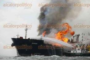 Veracruz, Ver., 24 de septiembre de 2016.- El buque Burgos cargaba 71 mil barriles de gasolina Magna, 16 mil barriles de gasolina combinada y 81 mil barriles de di�sel; personal de la SEMAR y API Veracruz apoyan a PEMEX en las labores para sofocar las llamas.