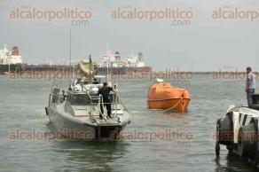Veracruz, Ver., 24 de septiembre de 2016.- A bordo del buque Oaxaca, la tripulaci�n del Burgos, fue bajada a tierra sana y salva. Aunque los diversos cuerpos de auxilio se prepararon para recibir heridos, no hubo alguno.