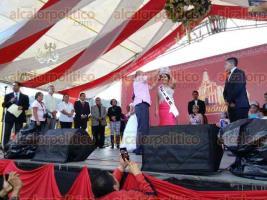 Coatepec, Ver., 24 de diciembre de 2016.- Bajo una pertinaz lluvia y con poco p�blico, el alcalde Ricardo Palacios Torres coron� la Corte Real Infantil y Juvenil como parte de las festividades en honor a San Jer�nimo.