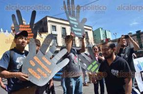 Xalapa, Ver., 25 de septiembre de 2016.- Integrantes de la asociaci�n Difusi�n, Inclusi�n y Educaci�n del Sordo, hicieron una caminata hasta llegar a Plaza Lerdo en conmemoraci�n de la