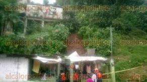 Xalapa, Ver., 25 de septiembre de 2016.- La lluvia de este domingo por la tarde caus� un derrumbe de tierra que da�� dos viviendas en la colonia Plan de Ayala, las familias fueron evacuadas a tiempo por elementos de Escuadr�n Nacional de Rescate.