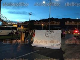 Banderilla, Ver., 26 de septiembre de 2016.- A las 7:00 horas docentes cerraron la circulaci�n sobre la carretera conocida como El Gallito, rumbo a Naolinco.