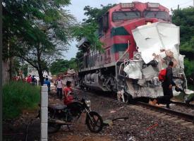 Veracruz, Ver., 26 de septiembre de 2016.- Ferrocarril impact� a tr�iler que intentaba ganarle el paso, en la carretera Xalapa-Veracruz a la altura de Tamsa; no se reportan lesionados pero el tr�nsito vehicular es lento.