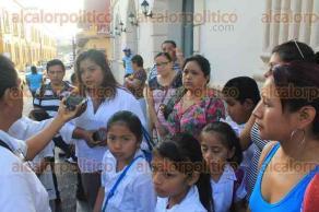 Papantla, Ver., 26 de septiembre de 2016.- Algunos padres de familia toman la escuela primaria Donato M�rquez Azuara; otros se inconforman toda vez que, afirman, los m�s afectados son los peque�os.