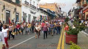 Xalapa, Ver., 26 de septiembre de 2016.- Integrantes del SETSUV llegaron a Plaza Lerdo y bloquearon la calle de Enr�quez para exigir se respeten sus puestos de trabajo.