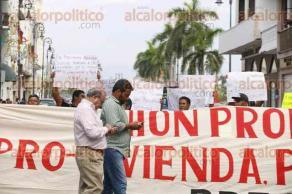 Veracruz, Ver., 26 de septiembre de 2016.- Habitantes de la colonia Reserva 4 mantienen bloqueada la calle Zaragoza, exigen la introducci�n de servicios b�sicos.