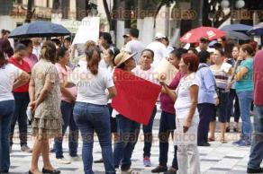 Veracruz, Ver., 26 de septiembre de 2016.- El Sindicato Estatal de Trabajadores al Servicio de la Universidad Veracruzana tambi�n se manifest� en calles del puerto para exigir la reinstalaci�n de 30 empleados de radio XHRU-FM de la UV.