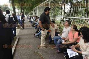 Xalapa, Ver., 26 de septiembre de 2016.- Alrededor de las 17:30 horas de este lunes un grupo de entre 60 y 70 personas inici� una marcha de la Facultad de Econom�a de la UV hacia la Plaza Lerdo para apoyar las protestas a nivel nacional que exigen justicia por el caso Ayotzinapa.