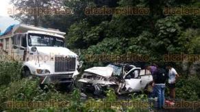San Andr�s Tenejapan, Ver., 26 de septiembre de 2016.- Al menos dos personas resultaron lesionadas a causa de un choque entre una camioneta y un cami�n en la carretera San Andr�s Tenejapan-Tequila.