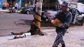 Veracruz, Ver., 26 de septiembre de 2016.- Un joven de 20, originario de Soledad de Doblado, acusado de cometer dos robos este lunes, fue perseguido por vecinos del Centro de Veracruz que lo golpearon para despu�s amarrarlo a un poste en la esquina de las calles Vel�zquez de la Cadena y Pino Su�rez.