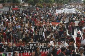 Ciudad de M�xico, 26 de septiembre de 2016.- Miles de personas marcharon con los padres de los 43 normalistas de Ayotzinapa a dos a�os de su desaparici�n forzada en Iguala, Guerrero. La exigencia de la presentaci�n con vida sigue vigente, como la demanda de castigo para todos los involucrados.
