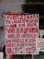 Xico, Ver., 26 de septiembre de 2016.- Habitantes se manifestaron junto con docentes y alumnos para exigir la aparici�n de los 43 estudiantes normalistas de Ayotzinapa que desaparecieron hace 2 a�os. �Vivos se los llevaron, vivos los queremos� pod�a leerse en las pancartas que llevaban.