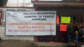 Perote, Ver., 27 de septiembre de 2016-. Docentes adheridos al SUTSEM bloquean la carretera federal Perote-Xalapa, a la altura de la escuela Secundaria General Manuel Rinc�n, para exigir el pago de sus prestaciones y salarios.