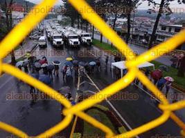 Xalapa, Ver., 27 de septiembre de 2016.- Un gran riesgo para la poblaci�n de la zona norte de Xalapa representan las pipas cargadas de combustible que se encuentran paradas.