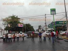 Poza Rica, Ver., 27 de septiembre de 2016.- Bloquea SUTSEM carriles de bulevar en este municipio.