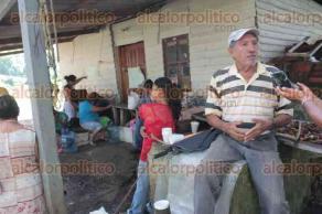 Tezonapa, Ver., 27 de septiembre de 2016.- Pobladores de la localidad El Palmar e integrantes del INIFAP mantienen conflicto por toma de instalaciones ante incumplimiento de regularizaci�n de predios.