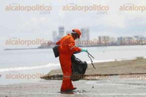 Boca del R�o, Ver., 27 de septiembre de 2016.- Ataviados con trajes anaranjados, guantes y cubre bocas pescadores veracruzanos subcontratados por PEMEX recorren las playas de Veracruz y Boca del R�o para limpiar.
