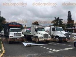 Banderilla, Ver., 27 de septiembre de 2016.- A las 13:50 horas de este martes bloquearon manifestantes de nueva cuenta la avenida 21 de Marzo en ambos carriles.