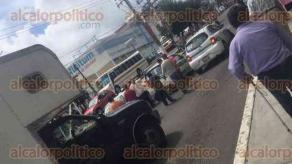 Xalapa, Ver., 27 de septiembre de 2016.- Taxistas bloquean la avenida Chedraui Caram, a la altura de plaza Crystal y con direcci�n a L�zaro C�rdenas.