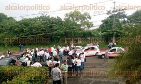 San Andr�s Tuxtla, Ver., 27 de septiembre de 2016.- Por m�s de 5 horas, docentes bloquearon la carretera federal 180 en San Andr�s Tuxtla, Lerdo de Tejada y Catemaco, dejando pasar automovilistas por lapsos de media hora.